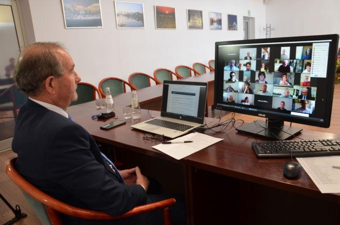 przewodniczacy Rady Miejskiej Jasła Henryk Rak prowadzi sesję on-line