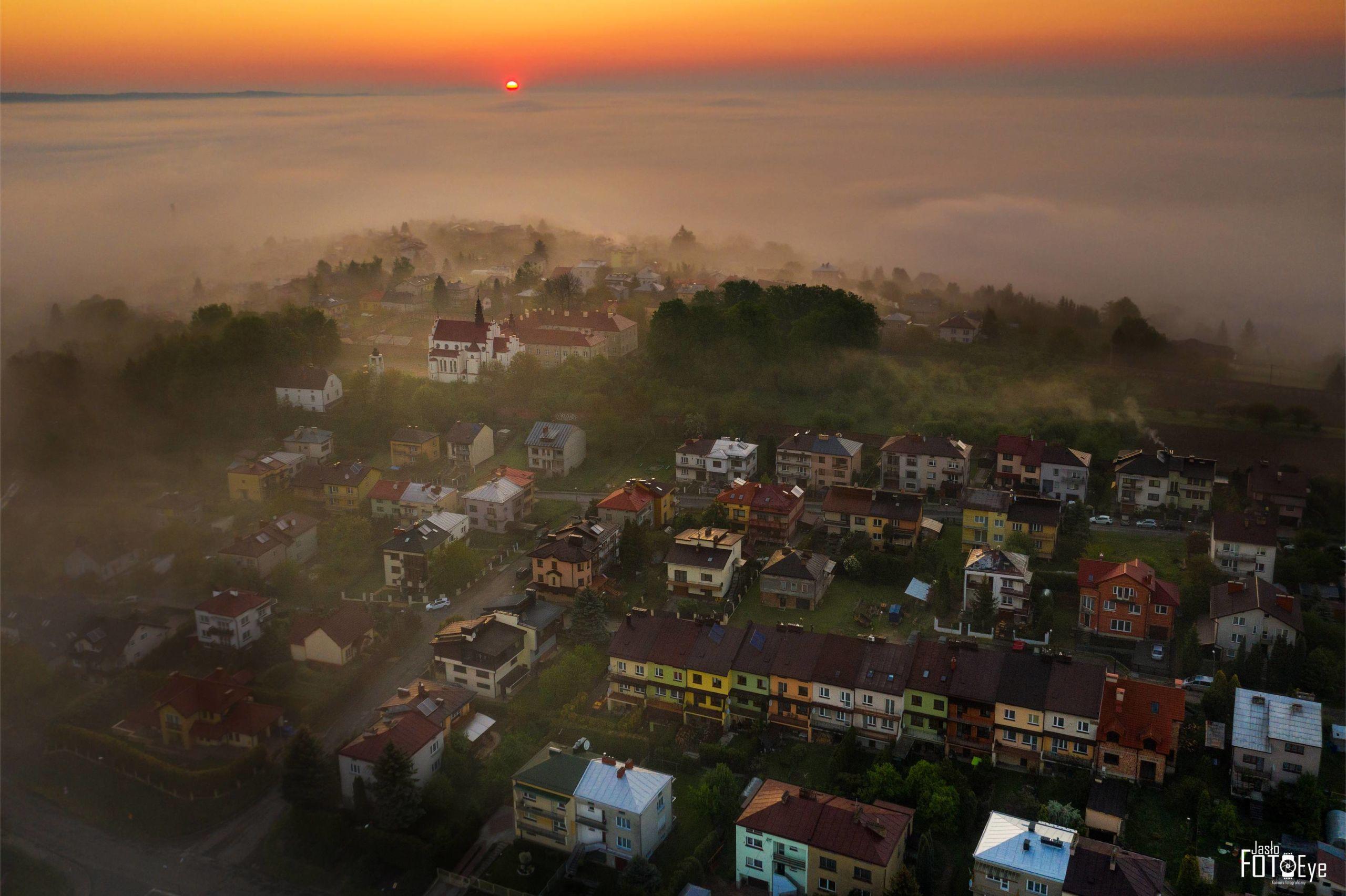 Zdjęcie przedstawiające jedno z jasielskich osiedli otulone mgłą, autorstwa Jana Kowalskiego.