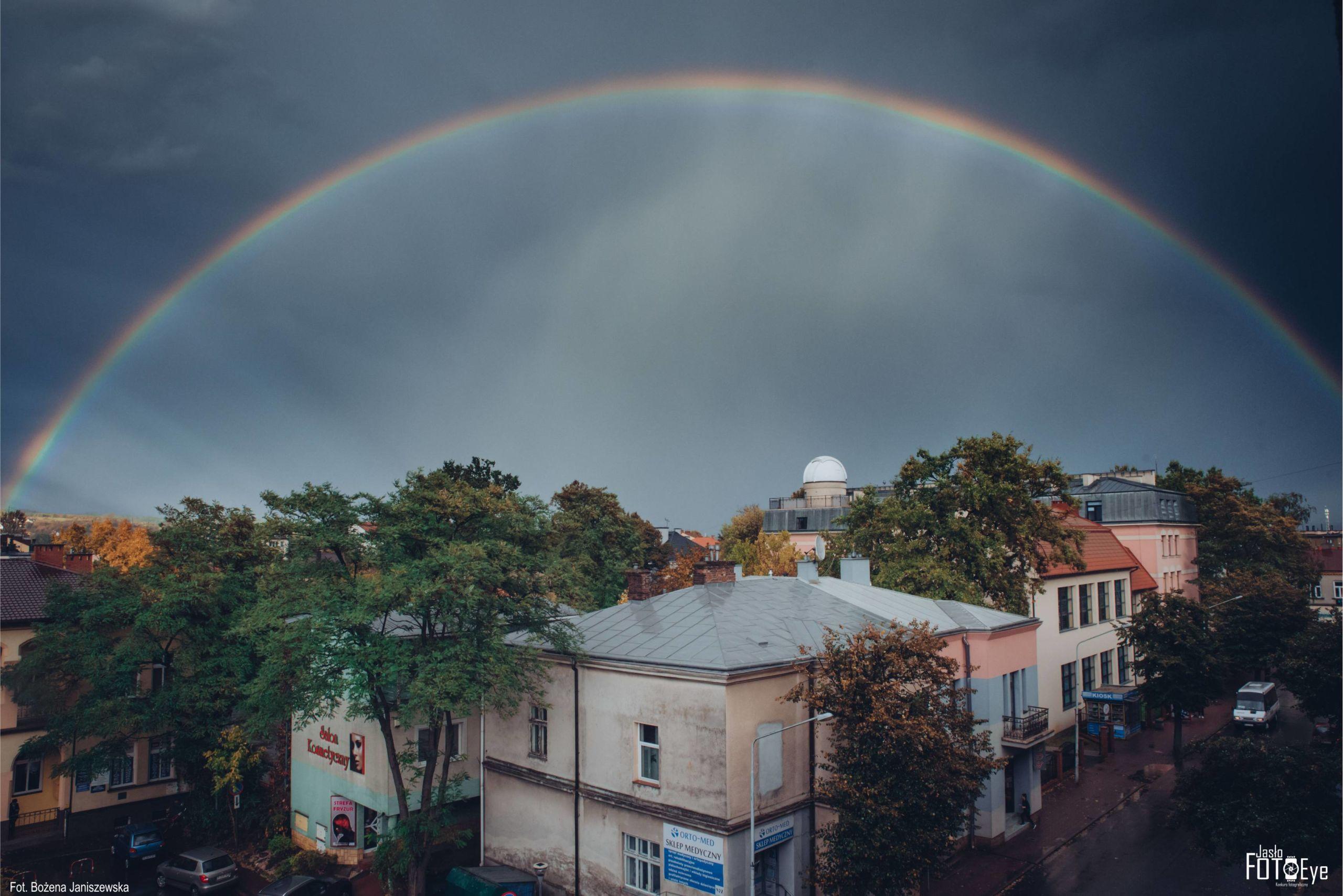 Zdjęcie czerwca zdjęcie z tęczą nad obserwatorium, wykonane przez Bożenę