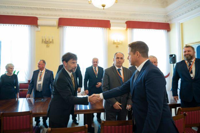 Prezydent Warszawy Rafał Trzaskowski oraz Skrabnik Miasta Jasła Jacek Borkowski
