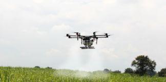 Dron opryskujący pole