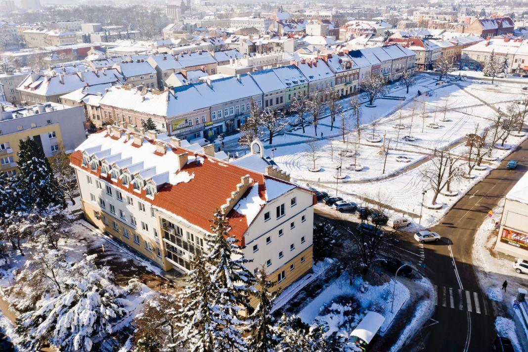 Widok ogólny budynku urzędzu miasta w jaśle z lotu ptaka w południowo-zachodnią stronę