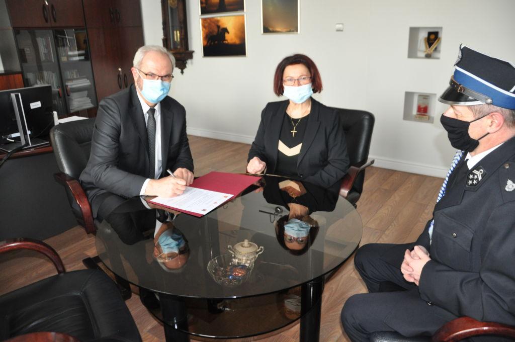 Podpisanie umowy; od lewej burmistrz Ryszard Pabian, poseł Maria Kurowska, prezes OSP Krzysztof Topolski