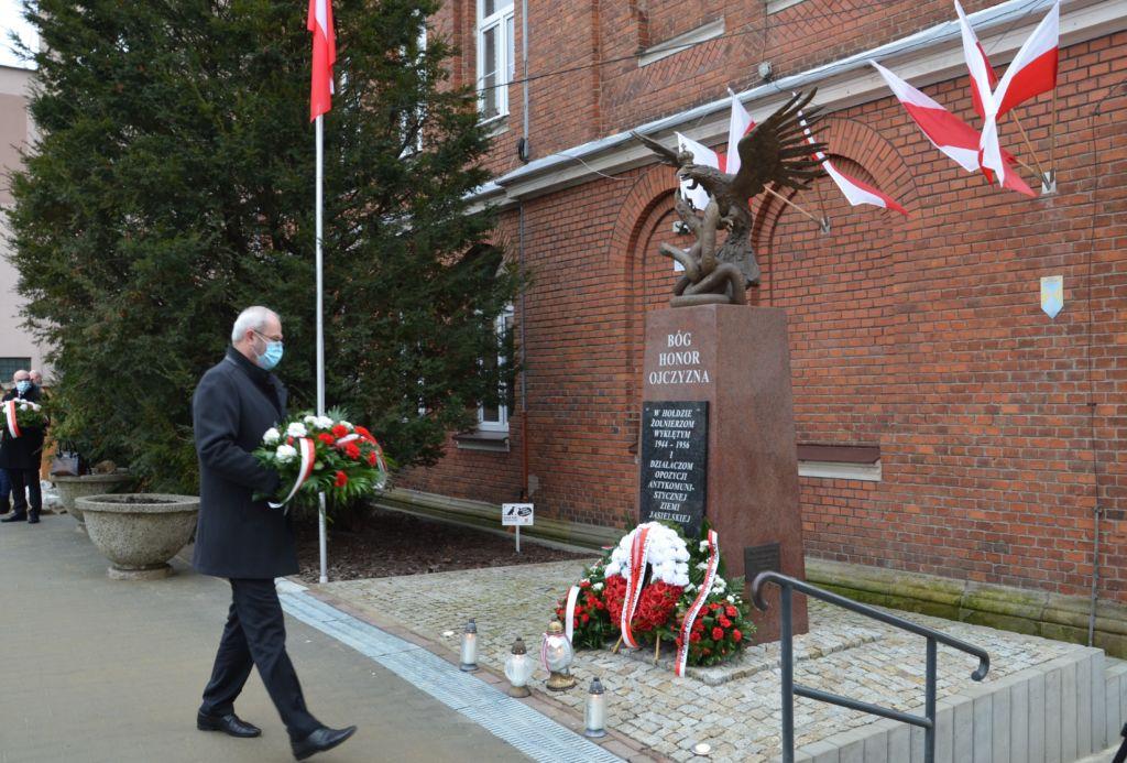 Burmistrz Ryszard Pabian składa kwiaty