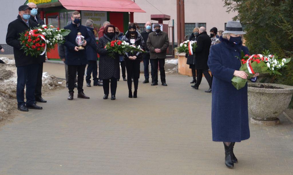 Uczestnicy ceremoni składania kwiatów