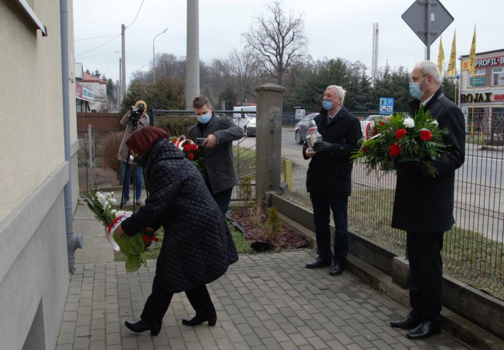 Maria Kurowska składa kwiaty