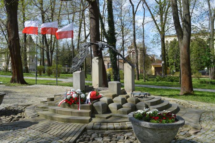 Złożone kwiaty na Grobie Nieznanego Żołnierza w Parku Miejskim w Jaśle.