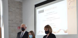 Ryszard Pabian, burmistrz Jasła wraz z Małgorzatą Adamską – Chmiel, wiceburmistrz, przewodniczącą komisji konkursowej wręczyli zwycięzcom nagrody