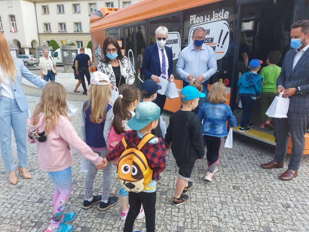 dzieci z przedszkola jadą autobusem