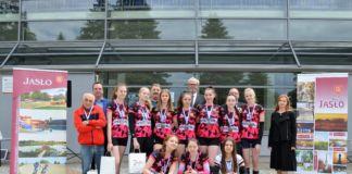 Zdjęcie pamiatkowe drużyna Młodziczki UKS MOSIR