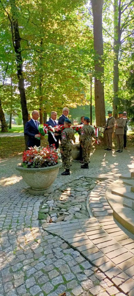złożeie kwiatów przy GRobie Nieznanego Żołnierza