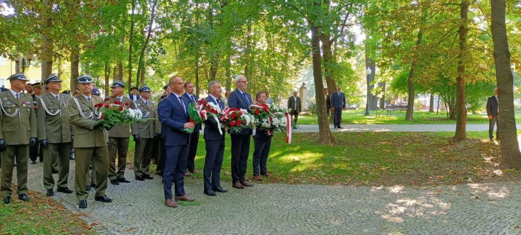 delagacja samozradowców składa kwiaty na Grobie Nienanego Żółnierza