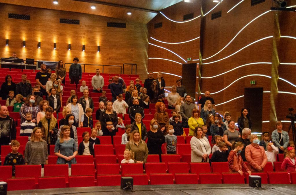 rodzice i dzieci uczestniczący w inauguracji uniwerstetu dziecięcego